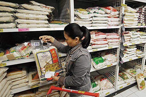 近年來,外界一直質疑中國糧食存在危機。圖為市民在超市買米。(Getty Images)