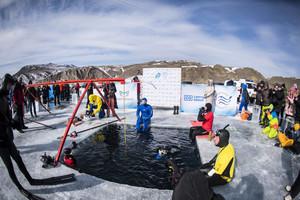 創紀錄 俄國男子貝加爾湖冰下潛水80米深