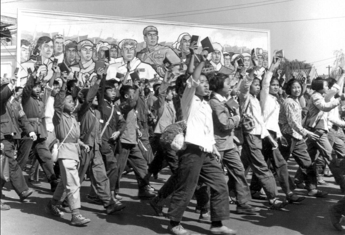 1966年6月在北京的一次遊行中,紅衛兵揮舞著毛澤東的小紅皮書。(Jean Vincent/AFP via Getty Images)