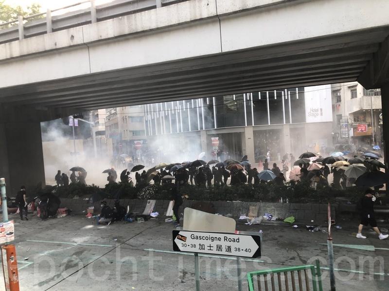 圖為2019年11月18日,香港警察在加士居道發射催淚彈。(梁珍/大紀元)