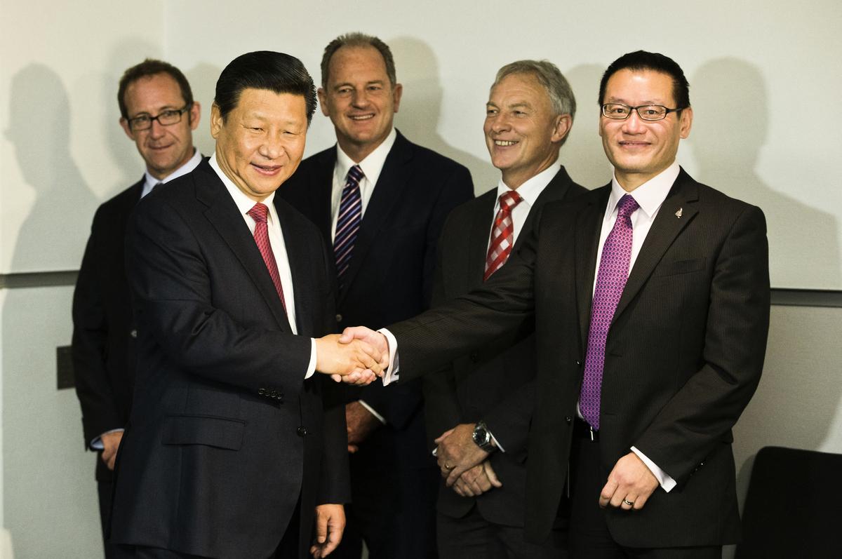 去年7月宣佈退出紐西蘭政壇的華裔國會議員霍建強(右一),是中共「一帶一路」紐西蘭研究會會長。圖為2014年11月21日習近平訪問紐西蘭。(Greg Bowker/POOL/AFP)