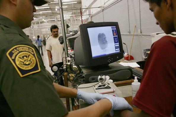 亞利桑那州一非法移民被逮捕後,在邊境管制中心按指紋(Spencer Platt/Getty Images 2006-6-21)