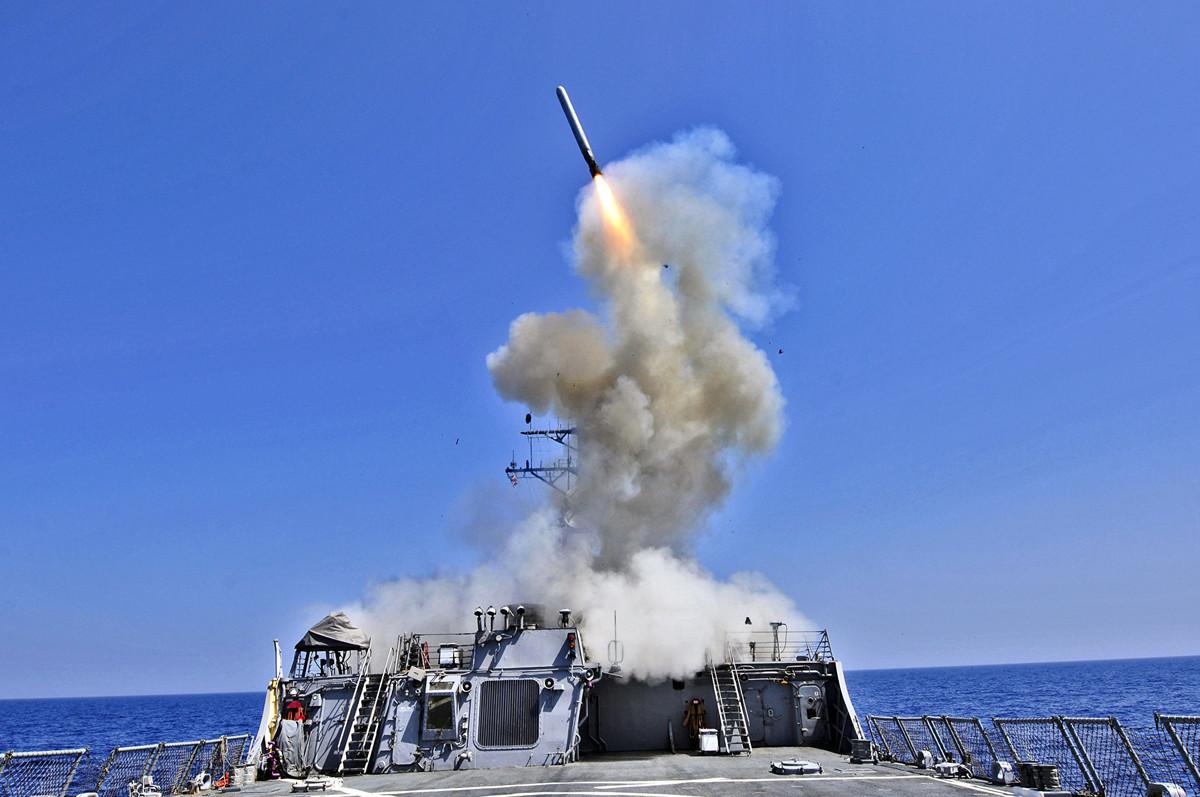 圖為美國海軍貝瑞號(也稱,巴裏號)驅逐艦(USS Barry DDG 52)在2011年3月29日從地中海發射了一枚戰斧巡航導彈。(Getty Images)