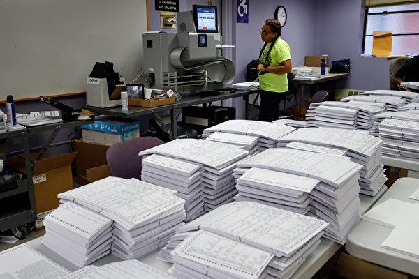 2016年美國大選倒數第4天,截至美東時間11月4 日上午11時,計有四家民調機構公佈全國民調結果,以及二家民調公佈在二個州的民調結果。圖為紐約市正在測試投票機器。(Drew Angerer/Getty Images)