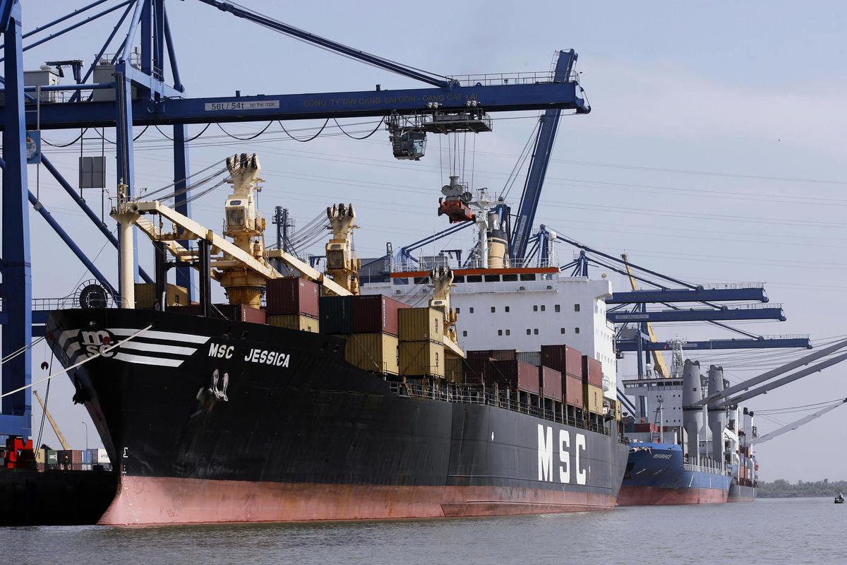 在美中貿易戰延燒之下,有在中國生產的外資公司試圖經由越南等第三國出貨到美國,以規避關稅。圖為2006年12月21日,在胡志明市的港口裝貨的商船。(HOANG DINH NAM/AFP/Getty Images)