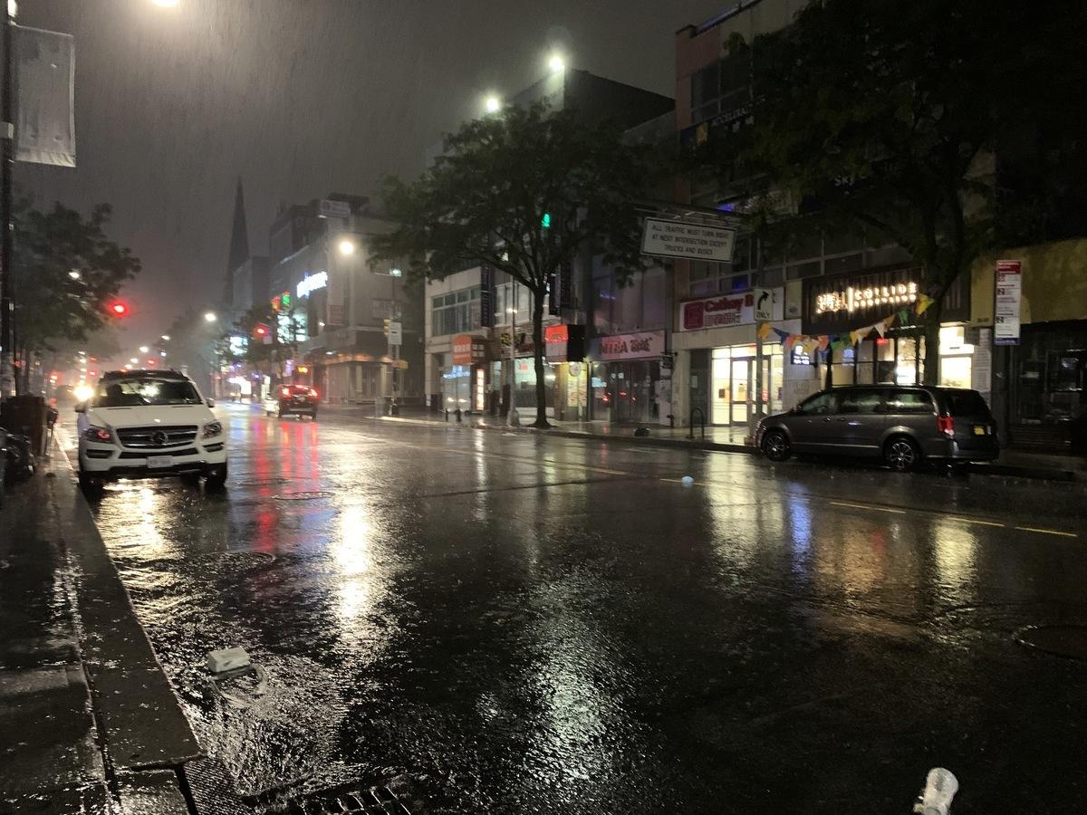 法拉盛緬街排水狀況還算好,沒有水浸。(林丹/大紀元)