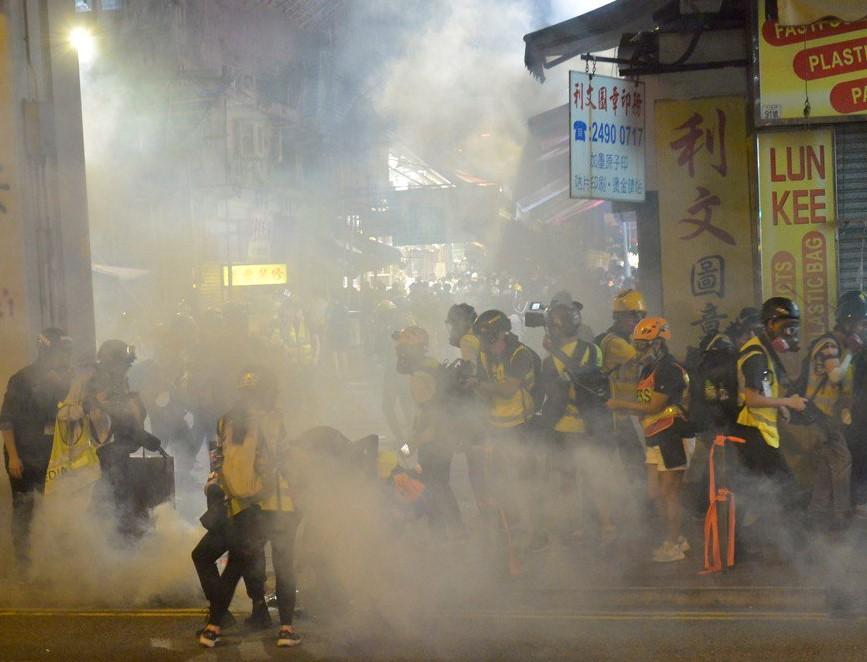 2019年11月10日,在香港荃灣警察向記者群、民眾發射催淚彈。(余天祐/大紀元)
