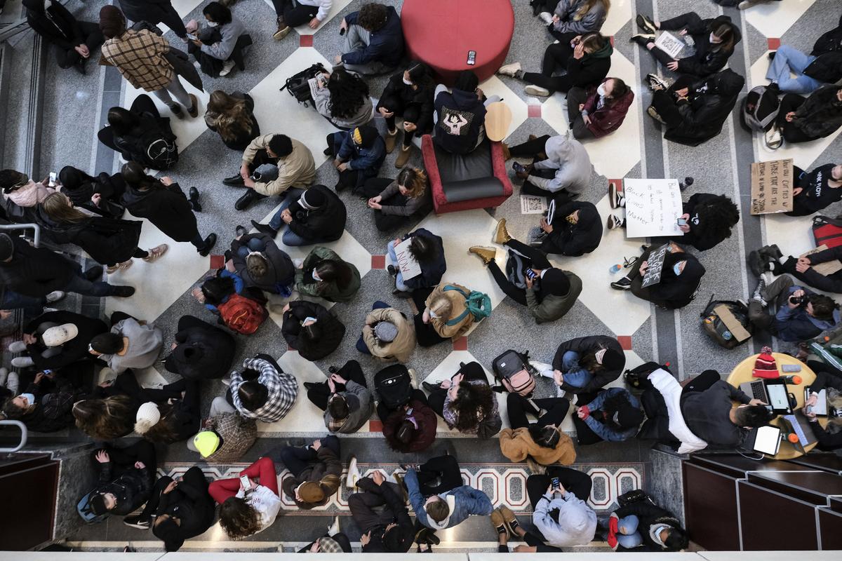 圖為俄亥俄州立大學的學生今年4月21日在校園內的俄亥俄聯盟大樓靜坐。(JEFF DEAN/AFP via Getty Images)