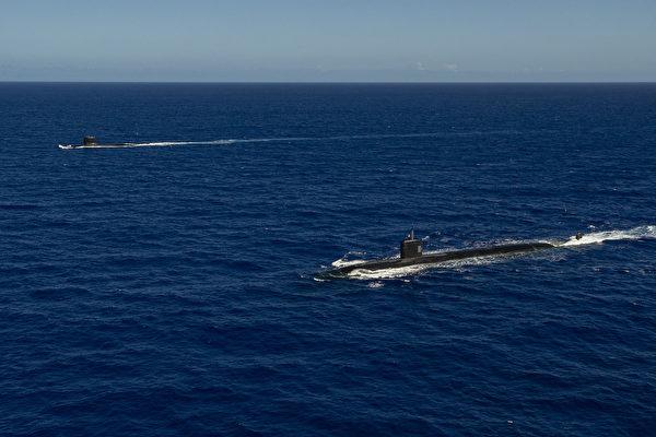 12月18日,法國的盧比斯級攻擊潛艇(遠處)與美國的洛杉磯級攻擊潛艇(近處)在菲律賓海域一同演練。(美國印太司令部)