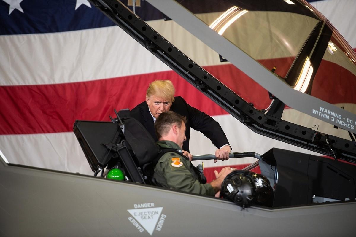 美國總統特朗普與一位F-35戰鬥機飛行官說話。 (NICHOLAS KAMM/AFP via Getty Images)