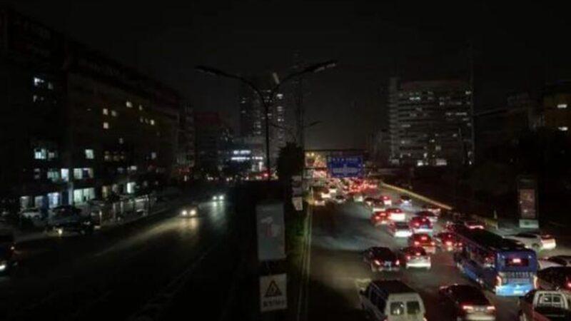網友曝料,浙江義烏限電,晚上關路燈漆黑一片。(影片截圖)