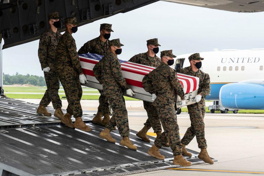 美國女兵陣亡 懷抱阿富汗嬰兒溫馨照曾廣傳