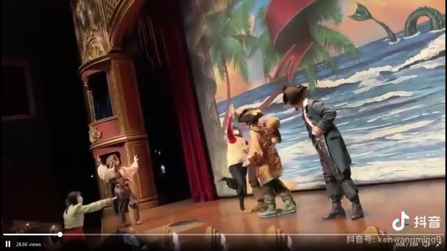 上海迪士尼看劇 女子突上台打罵演員
