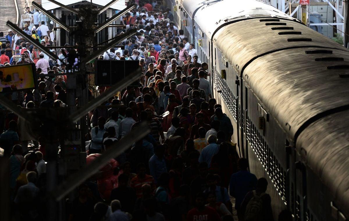 印度北方邦(Uttar Pradesh)一名1歲女童掉落鐵軌上被火車輾過,卻毫髮無傷。圖為2018年11月2日,印度清奈的乘客準備登上火車。(ARUN SANKAR/AFP/Getty Images)