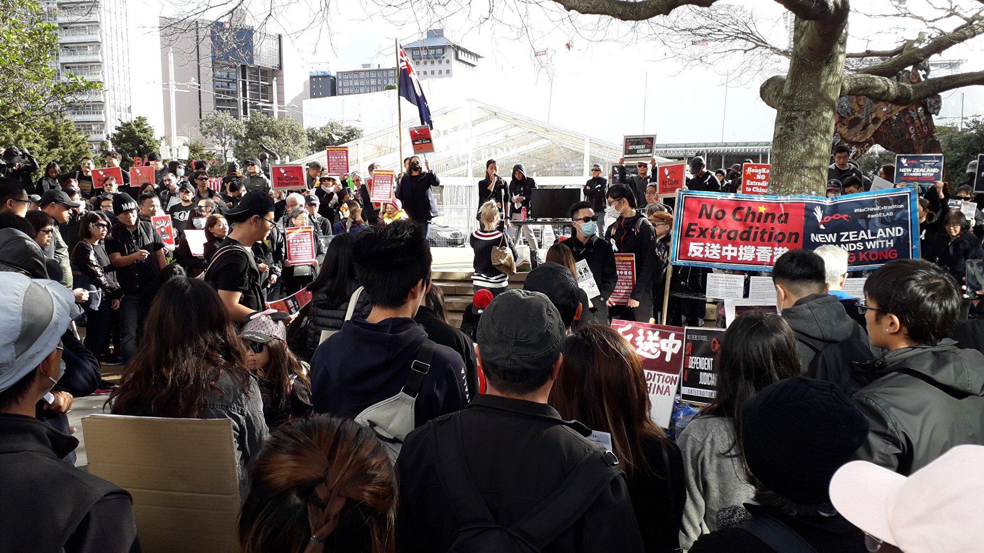 6月16日(星期日)下午,紐西蘭數百名香港人在奧克蘭市中心Aotea廣場集會,反對香港政府修定《逃犯條例》(易凡/大紀元)