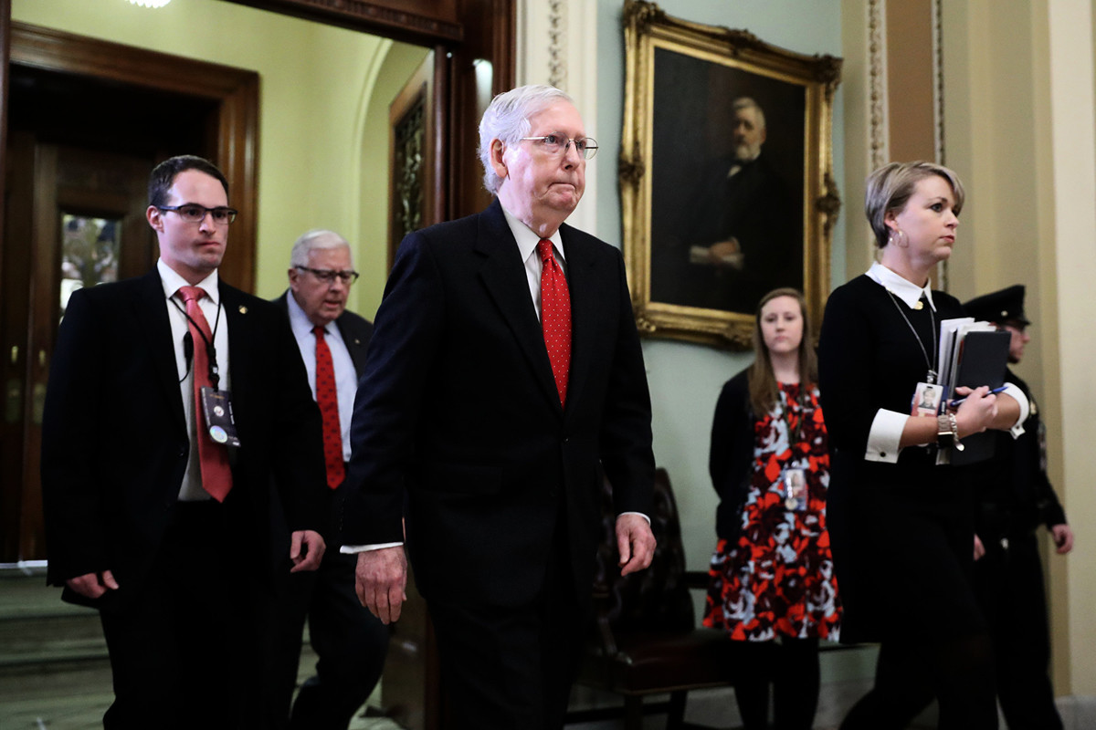 預計參議院多數黨領袖米奇・麥康奈爾(Mitch McConnell,中)有望在1月31日的證人投票後、敦促對總統特朗普的彈劾定罪投票。(Chip Somodevilla/Getty Images)