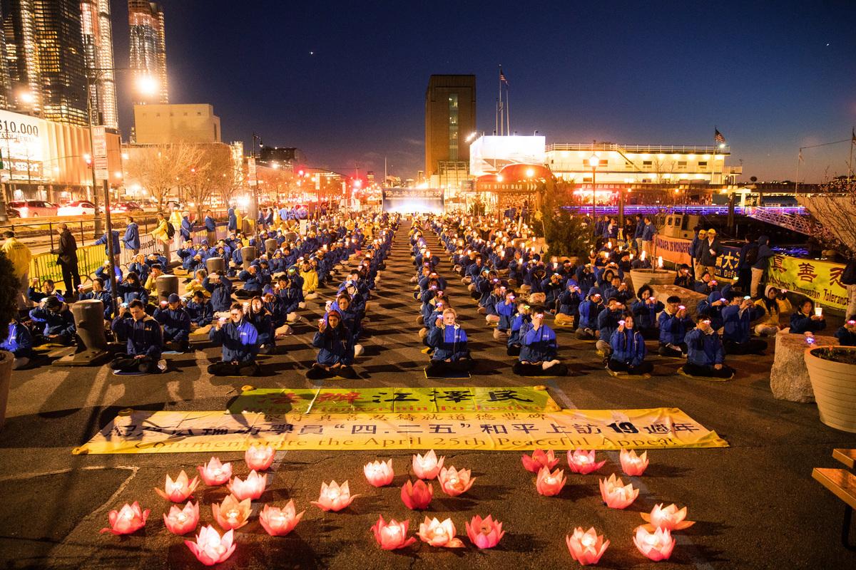 紐約法輪功學員在紐約中領館前舉行活動紀念「4.25」。(戴兵/大紀元)