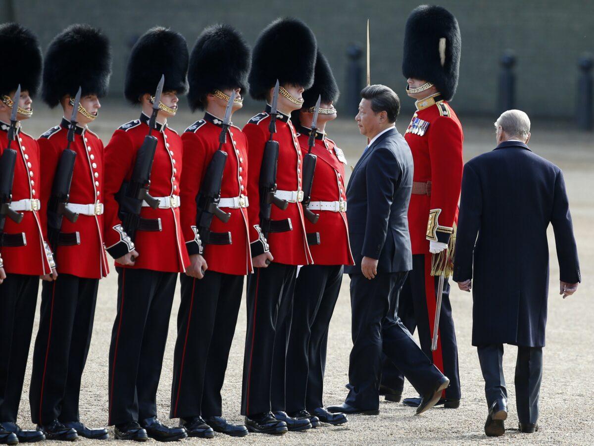 2015年10月20日,習近平和夫人彭麗媛進行國事訪問的第一天在倫敦市中心舉行的歡迎儀式騎兵閱兵式上檢閱儀仗隊。(Alastair Grant/AFP via Getty Images)
