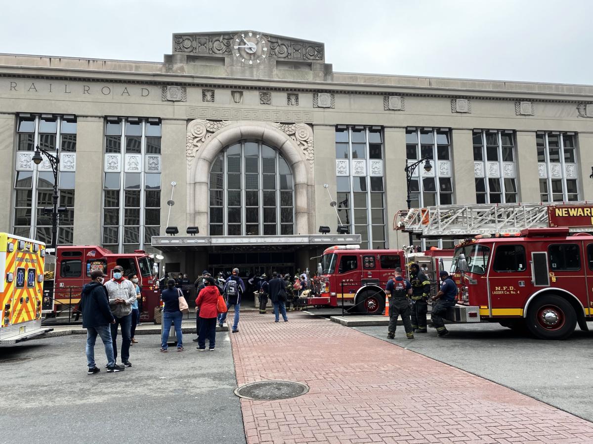 2021年3月25日早晨,紐瓦克火車站發生了兩次火災,造成新澤西捷運(NJ Transit)及PATH的巴士、輕軌和火車服務延遲。圖為火災後紐瓦克車站大樓出口處。(施萍/大紀元)