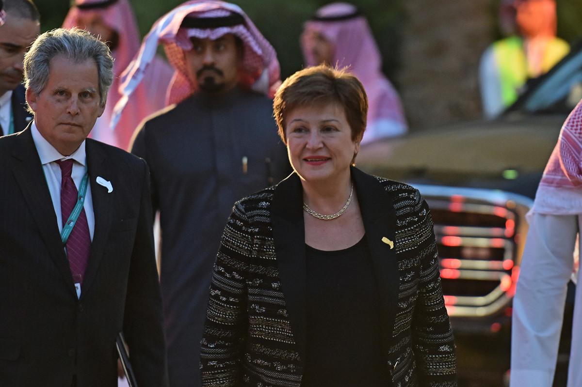 圖為國際貨幣基金組織總裁格奧爾基耶娃(Kristalina Georgieva)2月22日抵達G20財長和央行行長會議的歡迎晚宴。(FAYEZ NURELDINE/AFP)