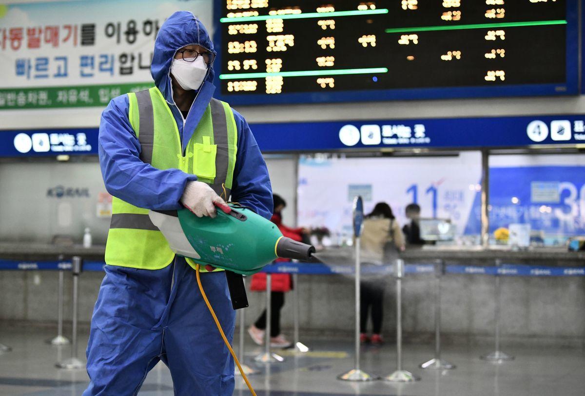 中共肺炎在南韓大爆發。圖為大邱火車站的工人穿著防護裝備進行消毒。(JUNG YEON-JE/AFP via Getty Images)