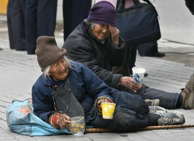 日前網上流傳一段廣東吳川市政府前大批民眾聚集抗議的影片,民眾的訴求是向社保局追討養老金。圖為中國的老人。(Getty Images)