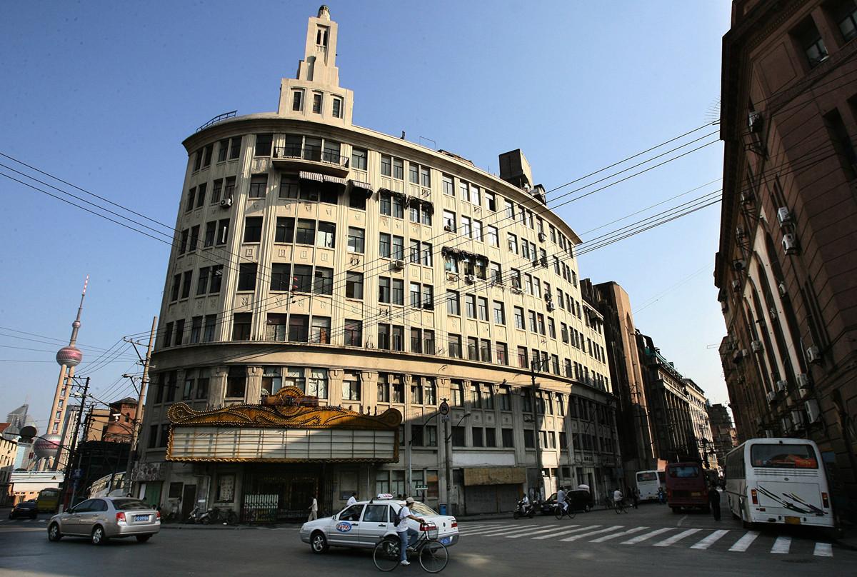 上海社保基金案挪用百億人民幣,投資包括擁有大批歷史古舊建築物的黃浦江沿岸項目。圖為案中外灘地區一座面臨拆卸的歷史建築物。(MARK RALSTON/AFP/Getty Images)
