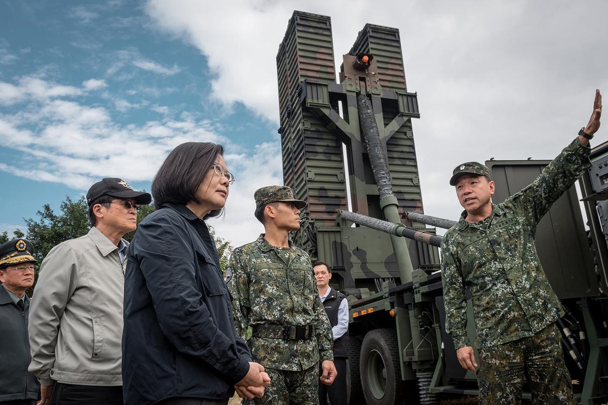 共軍近期頻頻擾台,學者鄭欽模受訪表示,中國沒有能力佔領或局部佔領台灣。圖為總統蔡英文視察國軍。(總統府提供)