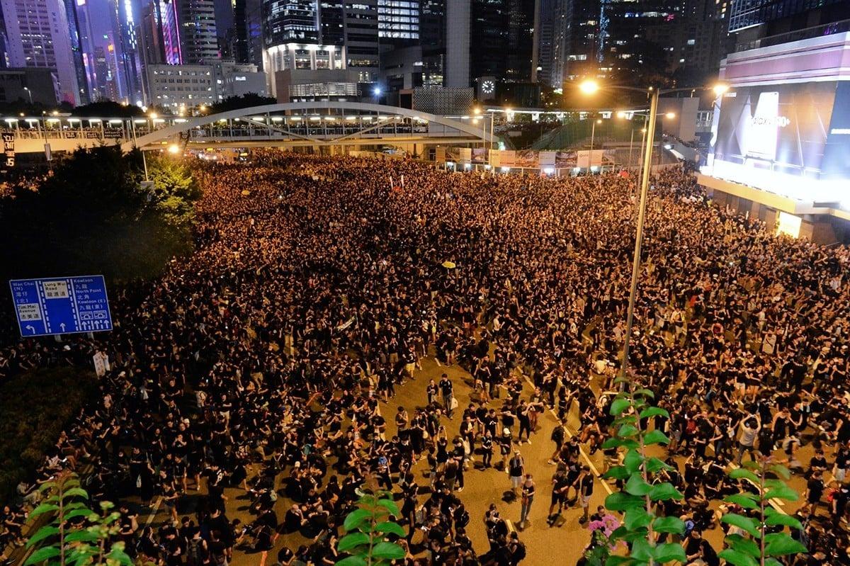香港特首林鄭月娥15日宣佈暫緩修訂《逃犯條例》後,民主派表明不接受,16日再發起遊行,二百萬人參與,人數空前。(宋碧龍/大紀元)