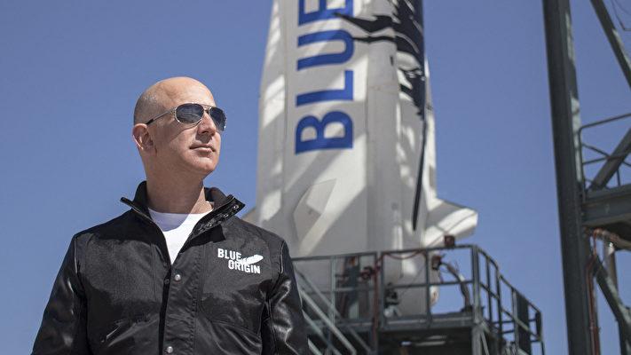 這張拍攝於2015年4月24日的檔案資料照片由藍色起源公司提供。其中顯示該公司創始人謝菲貝索斯(Jeff Bezos)在其火箭首航前來到新謝潑德西德薩斯(New Shepard』s West Texas)發射設施。這位世界首富貝佐斯在建立亞馬遜商業帝國後,將目光投向了新領域——太空。(BLUE ORIGIN / AFP)