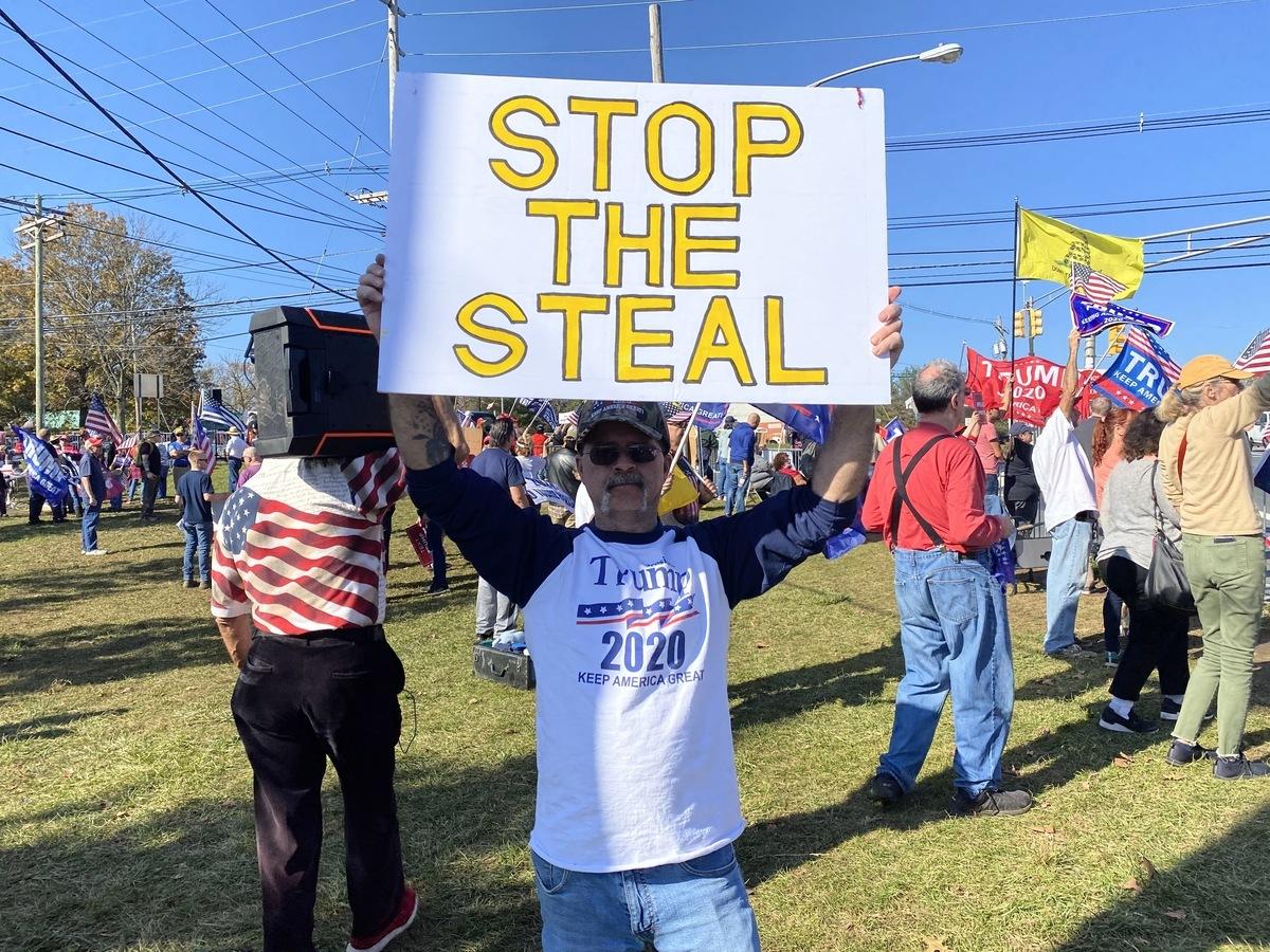 2020年11月7日新澤西挺特民眾在特朗普高爾夫俱樂部門前舉行集會,抗議大選舞弊,支持特朗普連任。(施萍/大紀元)