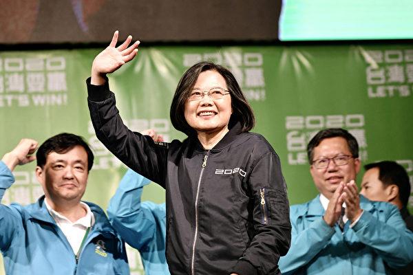 美國今年舉行總統大選,專家說,為防止中共滲透,可參考台灣經驗。圖為1月11日,台灣大選結果揭曉,總統蔡英文以史上最高得票數大贏對手韓國瑜,成功連任。(Sam Yeh/AFP)