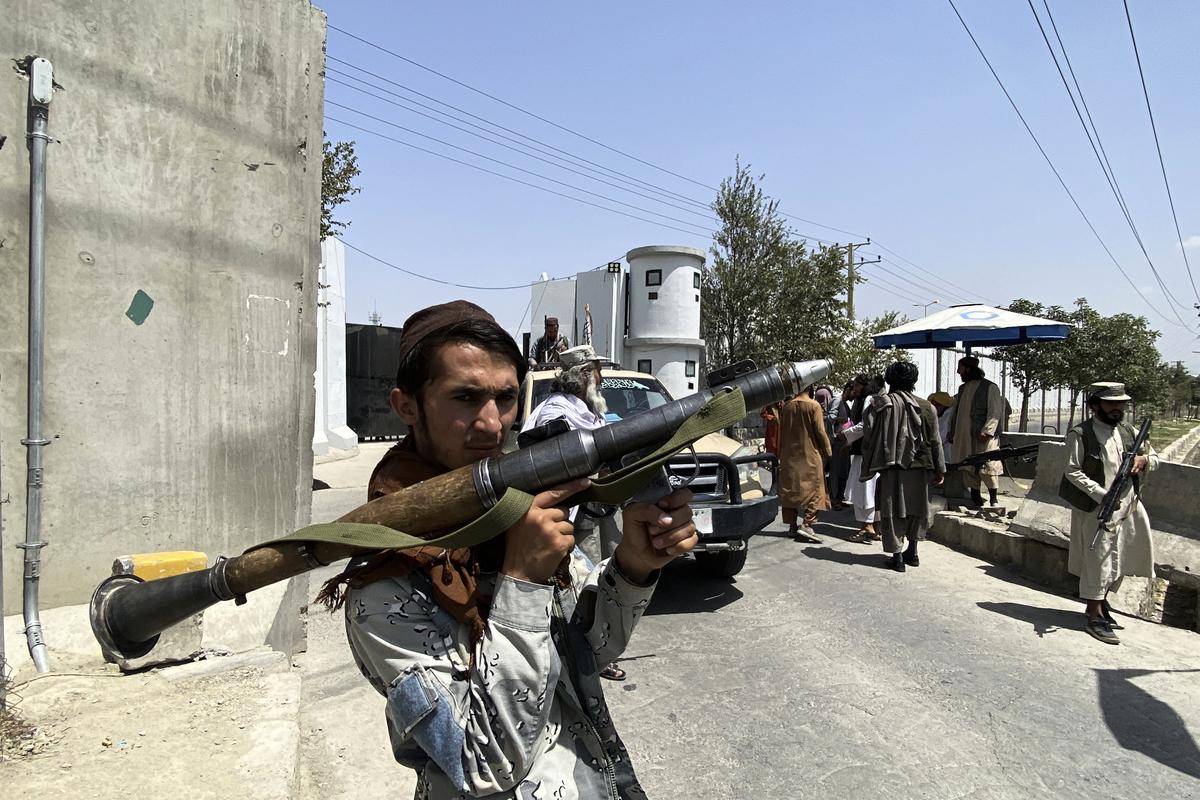 2021年8月17日,阿富汗喀布爾(Kabul),塔利班武裝份子接管阿富汗之後,其成員在內政部的入口處戒備。(JAVED TANVEER/AFP via Getty Images)