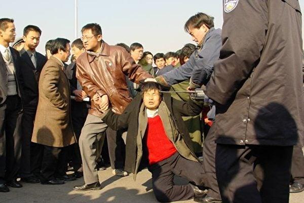 法輪功在大陸持續受中共打壓。圖為法輪功學員在天安門被中共便衣警察毆打。(明慧網)