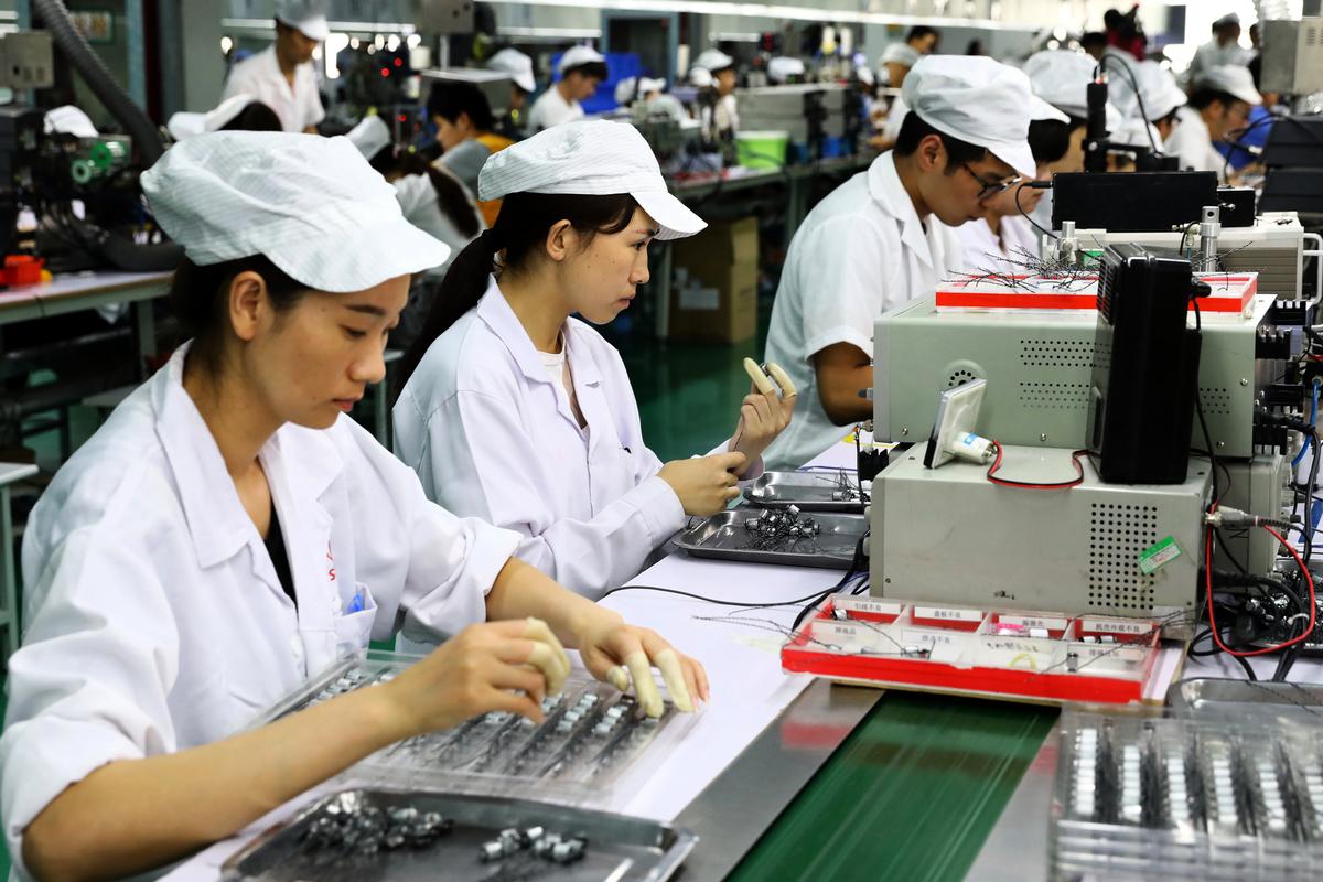 經濟部次長王美花25日表示,台商回台投資迄今已有18家廠商通過審查,總投資金額約新台幣570億元,約可創造7,700個就業機會。圖為示意照。(AFP)