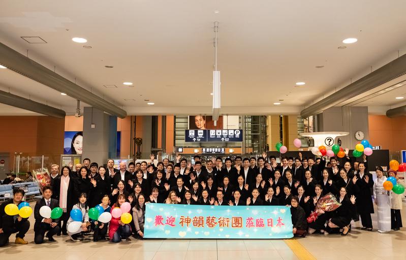 1月14日晚間,神韻世界藝術團抵達日本關西機場,開啟了神韻2019年度亞太巡演的旅程。(牛彬/大紀元)