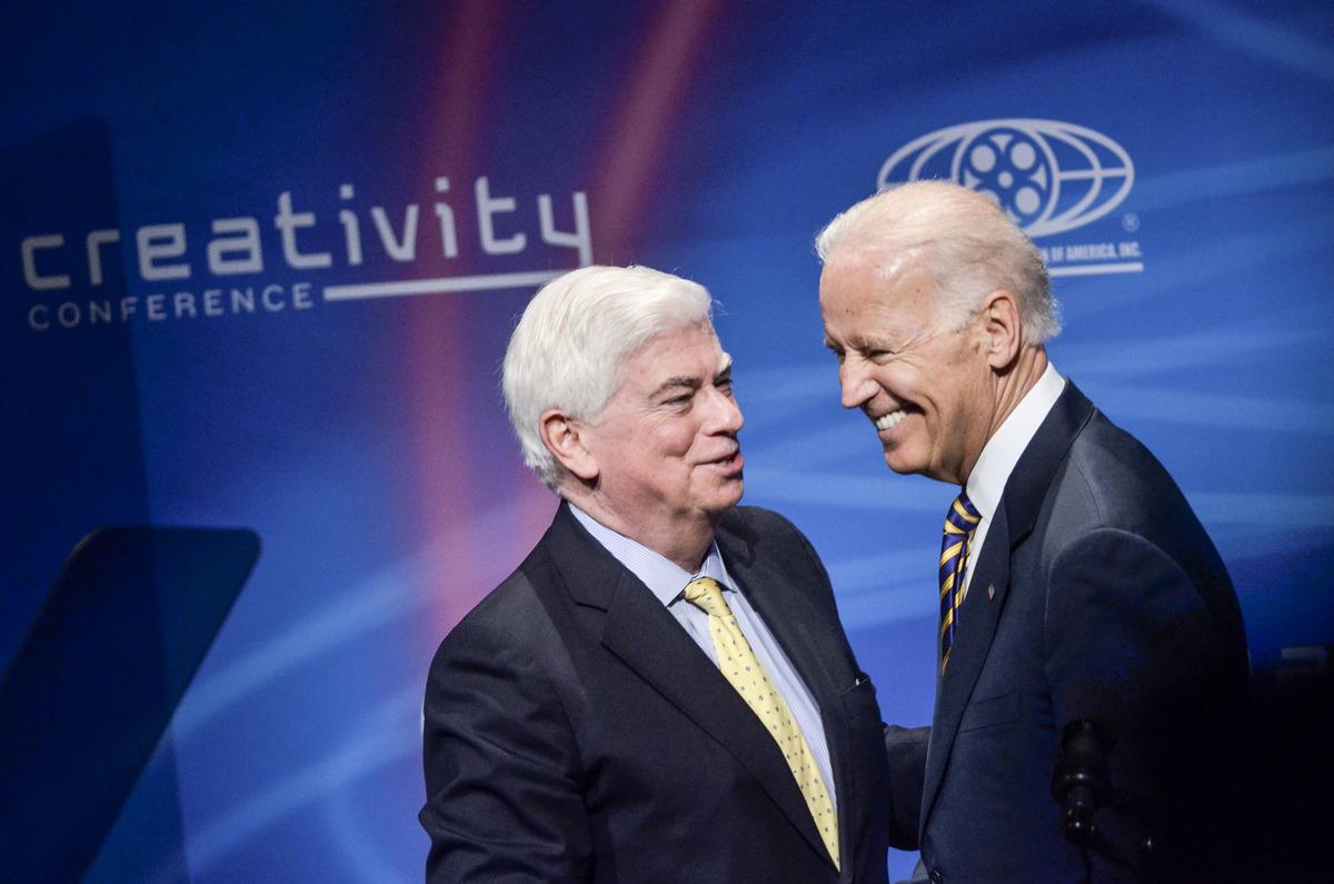 圖為2014年時任美國電影協會主席、前參議員Chris Dodd跟時任副總統Joe Biden出席公開活動。(Kris Connor/Getty Images)