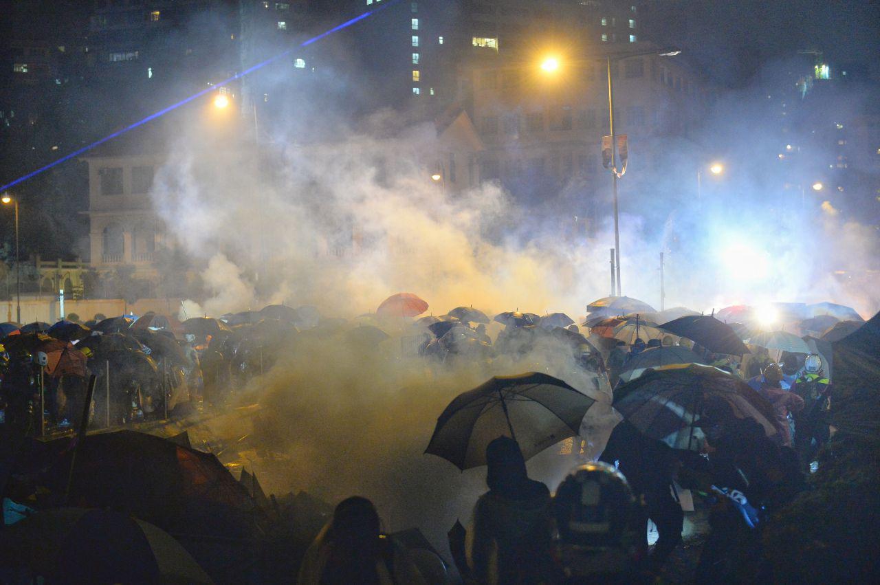 11月17日晚,香港理大硝煙瀰漫,數百人被港警包圍,民間呼籲反包圍救人。(宋碧龍/大紀元)