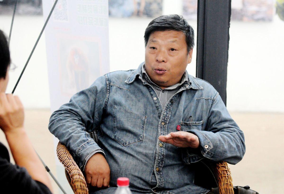旅美中國紀實攝影師盧廣去年年底在新疆被捕,日前,他的妻子徐小莉向外界報平安,說丈夫數個月前已回家。圖為盧廣在2014平遙國際攝影節上接受媒體採訪。(大紀元資料室)