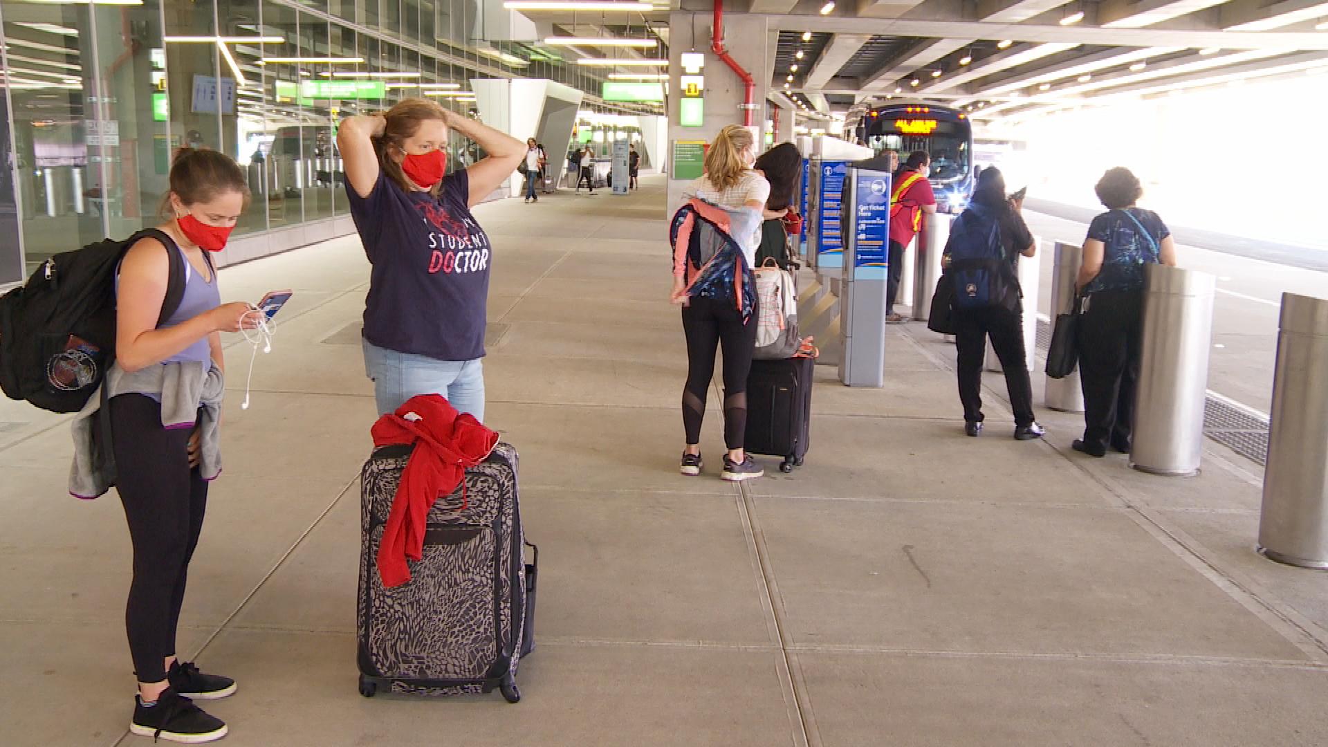 紐約市長白思豪(Bill de Blasio)2020年12月23日宣佈,來自英國的旅客進入紐約市後要接受強制隔離,即刻生效。圖為紐約市拉瓜迪亞機場。(奧利弗/大紀元)