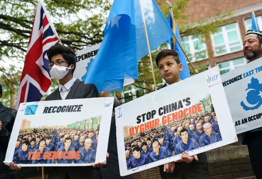 4月16日維吾爾族支持者聚在英國使館前。(Drew Angerer/Getty Images)