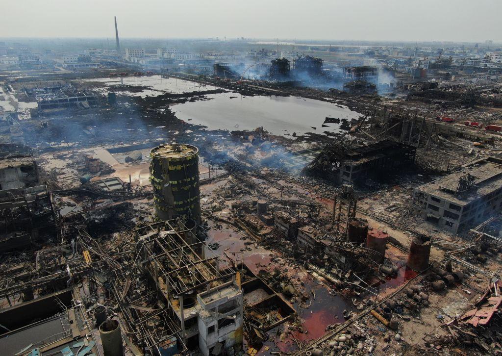 江蘇化工廠爆炸發生地區的航拍圖顯示,爆炸地有二十多棟樓被炸毀,網民紛紛質疑中共官方公佈的死亡人數。(STR/AFP/Getty Images)