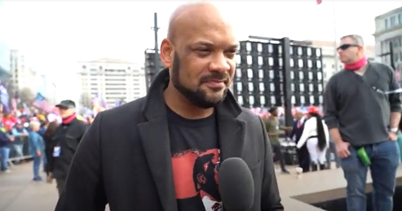 企業家哈里斯(David JHarris)在2020年12月12日舉行的華府挺特大遊行中說:「我愛大紀元時報,因為這個媒體努力向大眾傳播真相」(影片截圖)
