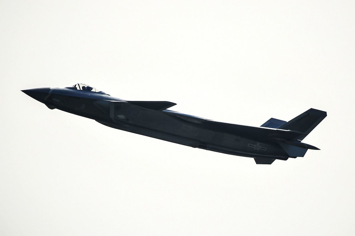 圖:2016年11月1日,廣東省珠海市珠海航展上,一架 殲-20(J-20)戰機在做飛行表演。(STR / AFP / getty Images)