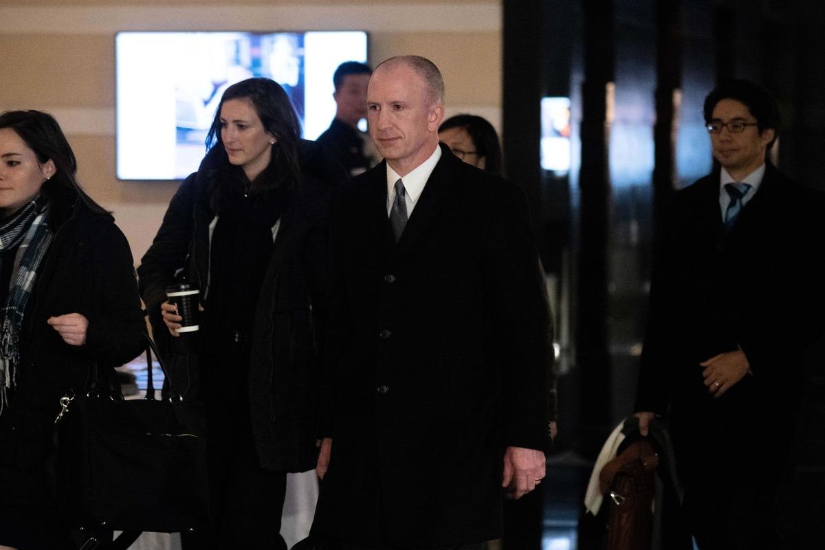 圖為美國副貿易代表格里什(Jeffrey Gerrish,中)率團抵達北京,參加1月7日-8日的第五輪中美貿易談判,本次是副部長級的工作組會談。(WANG ZHAO/AFP/Getty Images)