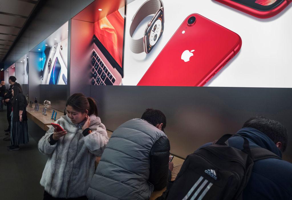 iPhone在大陸再次迎來了新一波大規模的降價,降幅最多為2,300元人民幣。蘋果CEO庫克曾坦承,iphone銷售可能在2019年繼續會受到中國經濟放緩的影響。(Kevin Frayer/Getty Images)