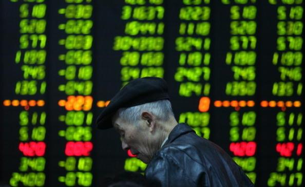 2020年開年五個交易日,大陸公司多隻個股出現閃崩,包括A股惠發食品、華蘭生物、濰柴動力和貴州茅台和多隻香港中資金融股。(China Photos/Getty Images)