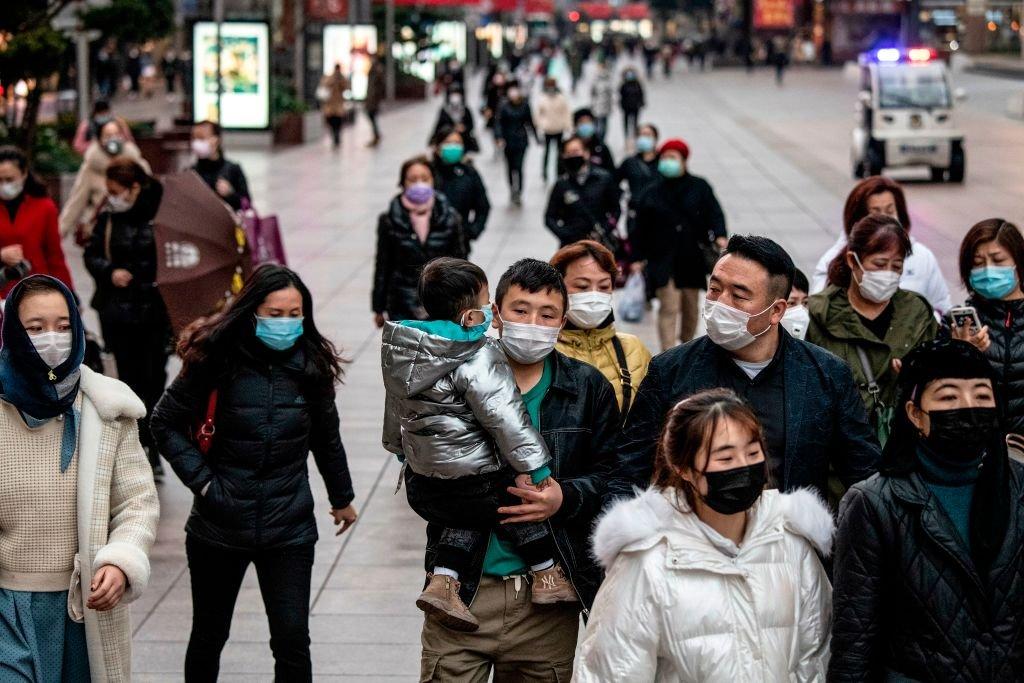 近日,「躺平主義」在大陸年輕人中風行,它源於一則網絡帖文,意思是不想做拚命賺錢的機器,拒絕做金錢的奴隸。圖為上海街頭的行人們。(NOEL CELIS/AFP via Getty Images)