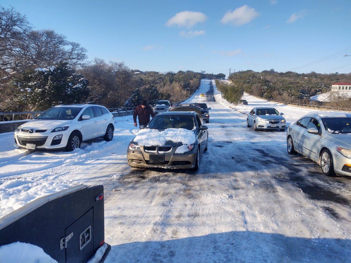 美國德州近期遭遇罕見冬季暴風雪襲擊,不少人因路面結冰被困途中,當地熱心男子瑞安‧西弗利主動駕車把受困汽車拖至安全路段,幫助約500名司機擺脫困境。(西弗利提供)