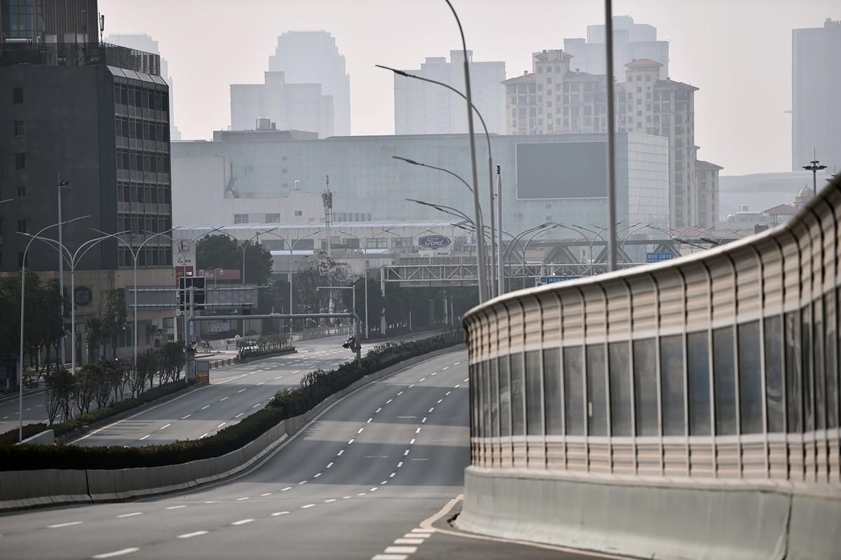 美國學生施耐德(Nicholas Schneider)受困在武漢,他形容自己遭遇了世界末日。圖為2020年1月29日,武漢街道空無人車。(HECTOR RETAMAL/AFP via Getty Images)